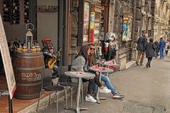 Roma, Italia - 9 de abril de 2017: La gente en café en Roma está teniendo imagen de archivo