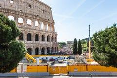 ROMA, Italia 24 de abril de 2019: Roman Colosseum con el emplazamiento de la obra de la línea subterráneo C de Roma Metro Linea C fotos de archivo libres de regalías