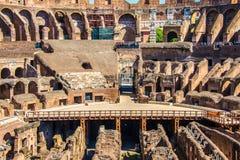 ROMA, ITALIA - 24 DE ABRIL DE 2017 Vista interior del Colosseum con los turistas que hacen turismo Imagen de archivo