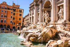 Roma, Italia - 7 de agosto de 2008: Los turistas atesoran la opinión hermosa del momento el italiano de la fuente del Trevi: Font foto de archivo libre de regalías