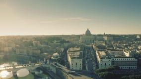 Roma, Italia - 31 de diciembre de 2018 Tiro aéreo de la Ciudad del Vaticano y los puentes y los terraplénes del río de Tíber almacen de video