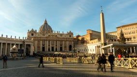 Roma, Italia - 5 de enero de 2019: La basílica y el obelisco egipcio de StPeter dentro del timelapse de la Ciudad del Vaticano almacen de metraje de vídeo