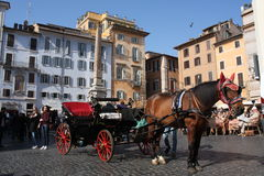Roma, Italia: 17 de febrero 2017 - Della Rotonda - edificios y cielo dramático, Roma, Italia de la plaza Imagen de archivo libre de regalías