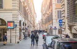 Roma, Italia - 23 de febrero de 2019: La gente camina a través de las calles estrechas de la ciudad de Roma imagen de archivo libre de regalías