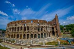 ROMA, ITALIA - 13 DE JUNIO DE 2015: Opinión de Roman Coliseum en un día agradable del summe Construyendo trabajos afuera, gran vi Imagen de archivo libre de regalías
