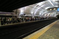Roma Italia 17 de junio de 2016 Pasajeros que esperan el metro en la estación de los términos Roma Termini es el ferrocarril prin Fotos de archivo