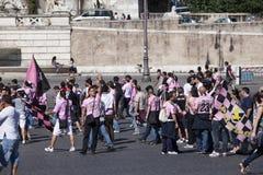 ROMA, ITALIA 29 DE MAIO: Uma multidão de turistas no ½ do ¿ de Praça del Popolï o 29 de maio de 2011 em Roma, Itália Foto de Stock