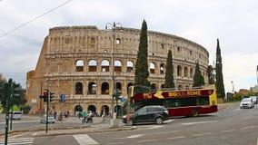 ROMA, ITALIA - 25 de marzo de 2017: Autobús turístico en Roma en el fondo de Colosseum, Italia almacen de video