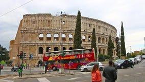 ROMA, ITALIA - 25 de marzo de 2017: Autobús turístico en Roma en el fondo de Colosseum, Italia almacen de metraje de vídeo
