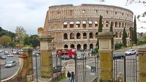 ROMA, ITALIA - 25 de marzo de 2017: Autobús turístico en Roma en el fondo de Colosseum , Italia almacen de video