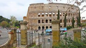 ROMA, ITALIA - 25 de marzo de 2017: Autobús turístico en Roma en el fondo de Colosseum , Italia metrajes