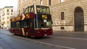 ROMA, ITALIA - 25 de marzo de 2017: Autobús turístico en Roma, Italia metrajes