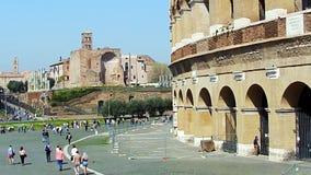 ROMA, ITALIA - 25 de marzo de 2017: Gente que camina en Roma, en el fondo de Colosseum almacen de video