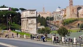 ROMA, ITALIA - 25 de marzo de 2017: Gente que camina en Roma, en el fondo del arco de Constantina en el Colosseum almacen de metraje de vídeo