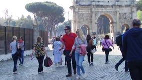 ROMA, ITALIA - 25 de marzo de 2017: Gente que camina en Roma, en el fondo del arco de Constantina en el Colosseum metrajes