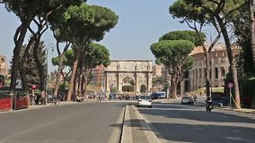 ROMA, ITALIA - 25 de marzo de 2017: Tráfico por carretera en el fondo del arco de Constantina en Roma metrajes