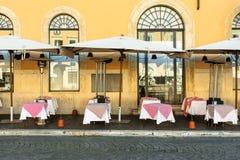 ROMA, ITALIA - 23 de marzo de 2018 - tablas de restaurante italiano en P Imagen de archivo libre de regalías