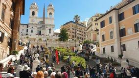 roma Italia 21 de mayo de 2019 cuadrado de Espa?a en un d?a soleado brillante Los grupos de turistas caminan a lo largo de la esc almacen de video