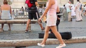 Roma, Italia - 29 de mayo de 2015: Músico de la calle almacen de video