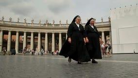 Roma, Italia - 29 de mayo de 2015: Monjas en la plaza San Pedro