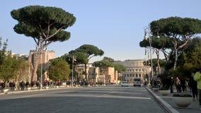 ROMA, ITALIA - 31 DE MAYO DE 2018: Enfoque Timelapse vía del dei Fori Imperiali del cuadrado de Venecia hacia Colosseum en Roma,  metrajes