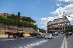 Roma, Italia - 17 de octubre de 2012: Calle muy transitada cerca de Colosseum - anci Imágenes de archivo libres de regalías