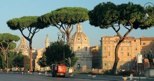 Roma, Italia - 20 de octubre de 2018: El barrendero de calle compacto aborda la litera adentro vía la calle de Dei Fori Imperiali almacen de video