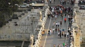 Roma, Italia - 20 de octubre de 2018: Turistas de la gente que caminan en el puente de Aelian durante tiempo de la puesta del sol metrajes