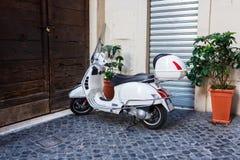 ROMA, ITALIA - 9 de septiembre de 2016: Estacionamiento de motocicletas en la calle de Roma, bici, historia, retro, clásica foto de archivo libre de regalías