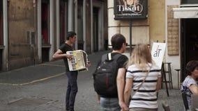 ROMA, ITALIA - 15 DE SEPTIEMBRE DE 2015: Hombre que juega el acordeón en la calle de Roma metrajes