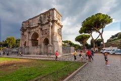 Roma, Italia - 12 de septiembre de 2016: Turistas que visitan el arco de Constantina (Arco di Constantino) Foto de archivo libre de regalías
