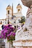 Roma, Italia, el 24 de abril de 2017 Pasos españoles con las flores en la floración Foto de archivo
