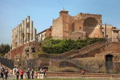 ROMA, ITALIA, EL 7 DE ABRIL DE 2016: Turistas que visitan las ruinas de la ROM fotos de archivo
