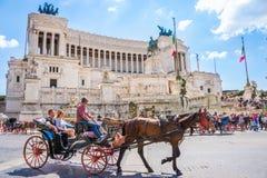 Roma, Italia, el 24 de abril de 2017 Venezia ajusta /Piazza Venezia/y a Victor Emmanuel Palace con los turistas que hacen turismo Fotografía de archivo