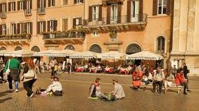 ROMA, ITALIA, EL 11 DE ABRIL DE 2016: Vista de restaurantes en la plaza Navo fotografía de archivo