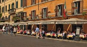 ROMA, ITALIA, EL 11 DE ABRIL DE 2016: Vista de restaurantes en la plaza Navo foto de archivo