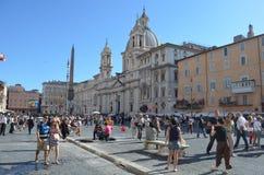 ROMA, ITALIA, EL 1 DE JUNIO DE 2014: La gente está caminando alrededor de la plaza Navona durante comienzo del verano foto de archivo
