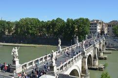 ROMA, ITALIA, EL 30 DE MAYO DE 2014: La gente está caminando sobre santangelo del ponte durante día caliente adentro puede tarde Fotografía de archivo libre de regalías