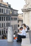 Roma, Italia, el 14 de octubre de 2011: Los turistas se sientan en los pasos de un templo católico fotos de archivo libres de regalías