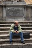 Roma, Italia, el 10 de octubre de 2011: Los turistas se sientan en los pasos de un templo católico fotos de archivo
