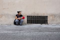 Roma, Italia, el 13 de octubre de 2011: Una mujer sin hogar con un bebé pide limosnas fotografía de archivo