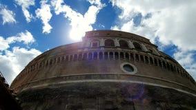roma Italia Escúdese 21 de mayo de 2019 a Sant Ángel o mausoleo, en Roma, Italia, contra el cielo azul Los rayos del sol miran de almacen de metraje de vídeo