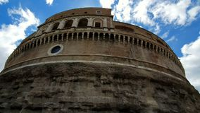 roma Italia Escúdese 21 de mayo de 2019 a Sant Ángel o mausoleo, scho en Roma, Italia, en el fondo del cielo azul almacen de metraje de vídeo