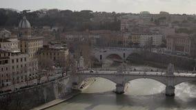 Roma, Italia, Europa de Castel Sant Angelo el día de verano Tiro de la cacerola, ambulancia metrajes