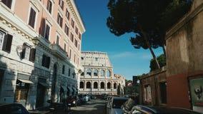 Roma, Italia - giugno 2017: Angolo basso di Steadicam sparato: Vista del Colosseo a Roma tramite una via stretta Video di POV archivi video