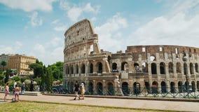 Roma, Italia, giugno 2017: Il Colosseum famoso, un posto popolare fra i turisti intorno al mondo Viste del mondo movimento stock footage