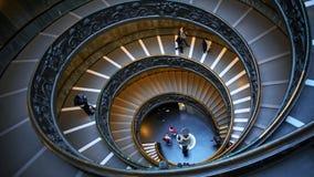 ROMA, ITALIA - 9 GIUGNO 2018: Le scale a spirale moderne di Bramante dei musei del Vaticano, progettate da Giuseppe Momo, Roma video d archivio