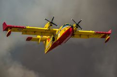 ROMA, ITALIA - JULIO DE 2017: El bombardero contraincendios CL-415 de los aviones en una situación de emergencia, durante un desa Foto de archivo libre de regalías