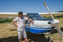 ROMA, ITALIA - JULIO DE 2017: Piloto valeroso del hombre joven en un eco de Tecnam P92-S de los aviones ligeros imágenes de archivo libres de regalías