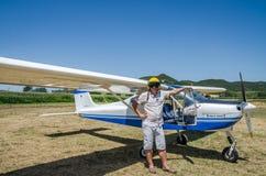 ROMA, ITALIA - JULIO DE 2017: Piloto valeroso del hombre joven en un eco de Tecnam P92-S de los aviones ligeros foto de archivo